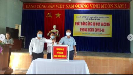 Mặt trận xã Hòa Ninh tiếp nhận ủng hộ Quỹ Vaccine phòng COVID-19
