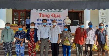 UBND xã Hòa Ninh trao quà cho những hộ dân gặp khó khăn do ảnh hưởng dịch bệnh Covid-19